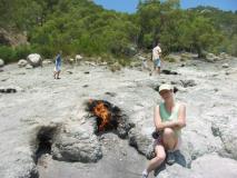 Анжела рядом с огнем